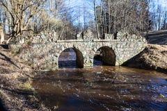 Oranienbaum. Ruinensteinbrücke über Karosta. Lizenzfreies Stockbild