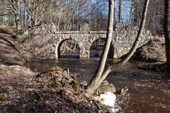 Oranienbaum. Ruinensteinbrücke über Karosta. Lizenzfreies Stockfoto