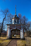 Oranienbaum, Tore, die Festung Peter III. unterhalten. Lizenzfreie Stockfotografie