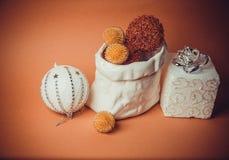 Oranje achtergrond met nieuw jaarspeelgoed Royalty-vrije Stock Foto's
