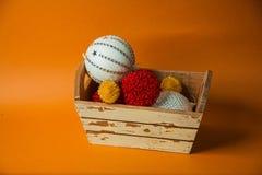 Oranje achtergrond met nieuw jaarspeelgoed Stock Foto