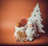 Oranje achtergrond met nieuw jaarspeelgoed Royalty-vrije Stock Afbeeldingen