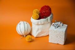 Oranje achtergrond met nieuw jaarspeelgoed Royalty-vrije Stock Foto