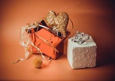Oranje achtergrond met nieuw jaarspeelgoed Stock Afbeeldingen