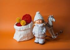Oranje achtergrond met nieuw jaarspeelgoed Stock Fotografie