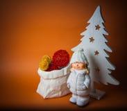 Oranje achtergrond met nieuw jaarspeelgoed Stock Foto's