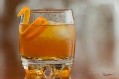 Oranje alcoholische drank op de rotsen Stock Fotografie