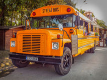 Oranje Amerikaanse bus omgezet in mobiel snel voedsel Royalty-vrije Stock Foto's