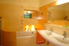 Oranje badkamersbinnenland Royalty-vrije Stock Foto