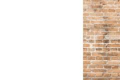 Oranje bakstenen muur en witte ruimteachtergrond stock afbeelding