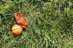Oranje basketbal op groen gras Stock Foto
