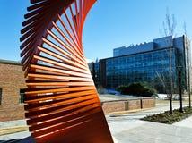 Oranje beeldhouwwerk in Georgia Tech in Atlanta stock afbeeldingen