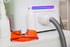 Oranje beschermende brillen voor de verwijdering van het laserhaar De ogenbescherming tegen flitsen royalty-vrije stock foto's