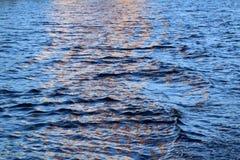 Oranje bezinning in een intensief blauw water royalty-vrije stock afbeelding
