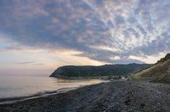 Oranje-blauwe hemel bij zonsondergang Westkust van eiland Limnos, Griekenland royalty-vrije stock afbeelding