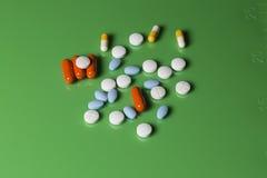 Oranje, Blauwe, Witte en Gele Geneeskrachtige Capsules en Tabletten Royalty-vrije Stock Afbeelding