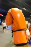 Oranje bokshandschoen stock fotografie
