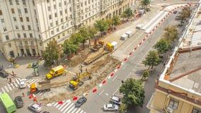 Oranje bouw telescopische mobiele kraan die oude tramsporen laden in vrachtwagen timelapse stock videobeelden