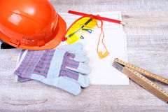 Oranje bouwvakker, oordopje, veiligheidsbril en handschoenen voor het werk Oordopje om lawaai op een witte achtergrond te vermind royalty-vrije stock afbeeldingen