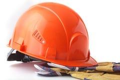 Oranje bouwvakker, veiligheidshandschoenen op witte achtergrond 3d illustratie op witte achtergrond Royalty-vrije Stock Foto's