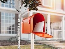 Oranje brievenbus met groot huis op achtergrond, het 3d teruggeven Stock Fotografie