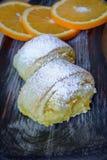 Oranje broodjes op een geweven scherpe Raad Stock Foto