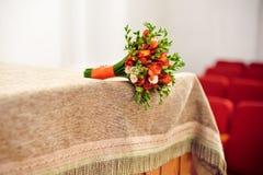 Oranje bruids boeket op een beige tafelkleed Royalty-vrije Stock Foto's