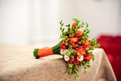 Oranje bruids boeket op een beige tafelkleed Royalty-vrije Stock Afbeelding