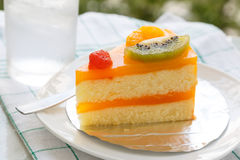 Oranje cake en plakkiwifruit Stock Foto