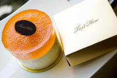 Oranje cake met gouden doos Stock Fotografie