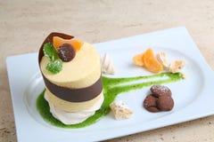 Oranje cake met koekjes Cake met Chocoladeglans en sinaasappel op houten achtergrond Royalty-vrije Stock Afbeeldingen
