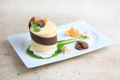 Oranje cake met koekjes Cake met Chocoladeglans en sinaasappel op houten achtergrond Stock Foto's