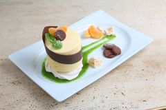 Oranje cake met koekjes Cake met Chocoladeglans en sinaasappel op houten achtergrond Royalty-vrije Stock Foto