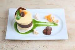 Oranje cake met koekjes Cake met Chocoladeglans en sinaasappel op houten achtergrond Stock Fotografie