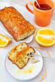Oranje cake met papaverzaden en schil stock afbeelding