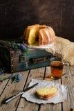 Oranje cake met retro stemming op een oude zak Stock Afbeelding