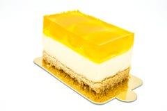 Oranje cake op de witte achtergrond Stock Foto