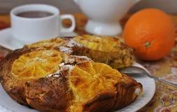 Oranje cake op een witte plaat Royalty-vrije Stock Afbeeldingen