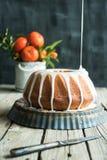 Oranje cake op houten lijst en donkere achtergrond Stock Foto