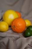 Oranje citroenkalk op lijst stock afbeeldingen