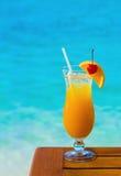 Oranje cocktail op lijst royalty-vrije stock afbeelding