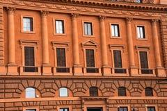 Oranje de bouwvoorgevel dichtbij Colosseum Royalty-vrije Stock Afbeelding