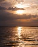Oranje de zomerzonsondergang over de lagune van Venetië Stock Foto