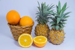 Oranje die ananasfruit op witte achtergrond wordt geïsoleerd Royalty-vrije Stock Fotografie