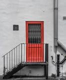 Oranje die branddeur aan de kant van bureaus in centraal Londen wordt gezien stock foto's