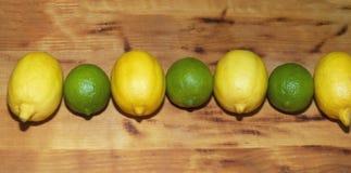 Oranje die citroenkalk van hierboven op witte houten raad wordt geschoten stock afbeelding