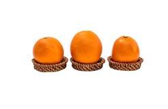 Oranje die fruit op bamboedienblad op witte achtergrond met cl wordt geïsoleerd Stock Afbeeldingen