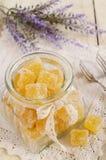 Oranje die geleibars in glaskruik met kantlint en boog wordt verfraaid Royalty-vrije Stock Afbeeldingen