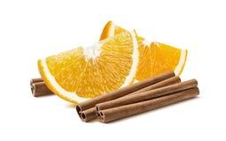 Oranje die kwartpijpjes kaneel op witte achtergrond worden geïsoleerd Stock Afbeelding