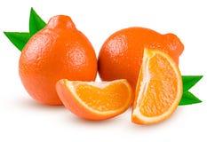 Oranje die mandarijn twee of Mineola met plakken en blad op witte achtergrond wordt geïsoleerd Royalty-vrije Stock Foto